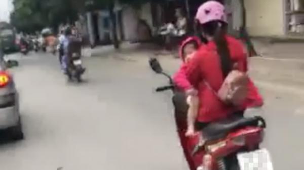 """Nữ tài xế khiến dân mạng """"ngả mũ"""" khi vừa gác chân vừa bế con phóng xe máy 60km/h trên Quốc lộ"""
