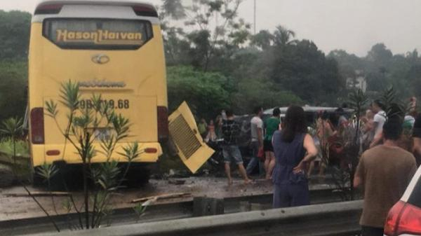 """Ô tô khách gặp tai nạn, 4 người nguy kịch trên cao tốc qua địa bàn Phú Thọ: Tài xế chỉ kịp hô """"xe mất lái"""""""