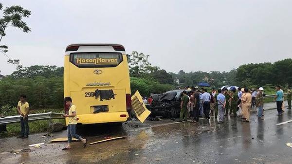 Clip xe khách giường nằm mất lái lao qua dải phân cách đâm nát đầu ô tô 4 chỗ trên cao tốc Nội Bài - Lào Cai
