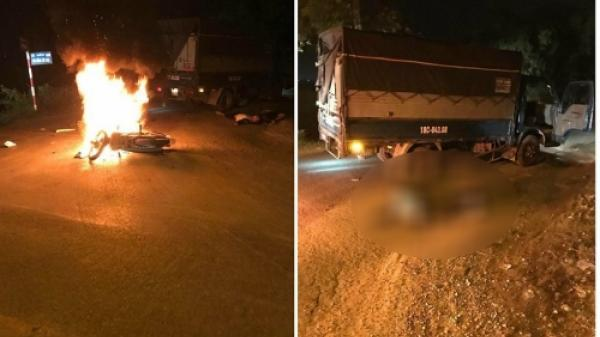 NÓNG: Xe máy bốc cháy dữ dội sau va chạm với ô tô, anh em song sinh 17 tuổi thương vong