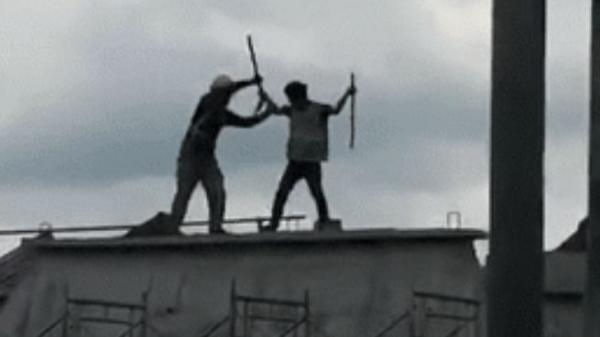 Clip: 2 công nhân đánh nhau gãy cả cán xẻng trên nóc nhà đang xây dựng