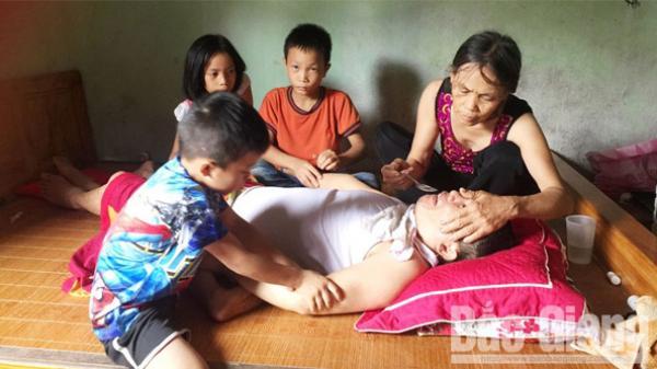 Xót lòng cảnh vợ đau yếu chăm chồng sống thực vật và 3 đứa con nhỏ ở Bắc Giang