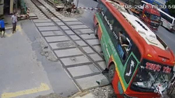 """Tài xế vụ xe khách lao thẳng vào đường ray: """"Chết mấy người tôi cũng phải lùi"""""""