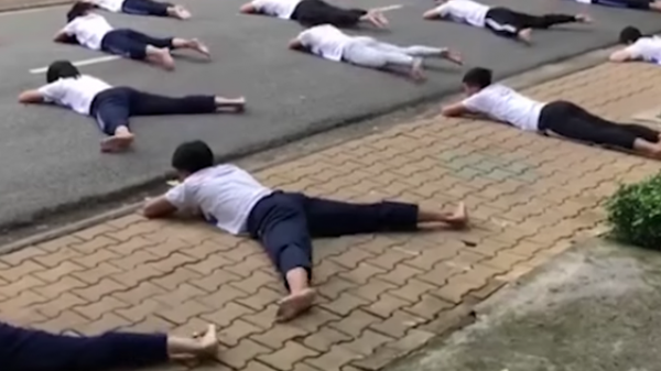 Clip học bơi trên đường của sinh viên đại học gây xôn xao cộng đồng mạng