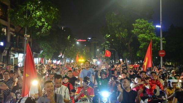 Bóng đá Việt Nam viết thêm trang sử mới, người dân đổ ra đường ăn mừng chiến thắng của Olympic Việt Nam