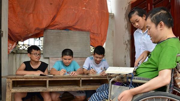 Lớp học của người thầy ngồi xe lăn ở Bắc Giang: 1/2 đạt học sinh giỏi cấp huyện trở lên
