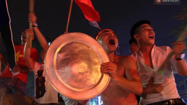 Những màn ăn mừng cực chất từ các cổ động viên cả nước sau chiến thắng lịch sử của tuyển Olympic Việt Nam