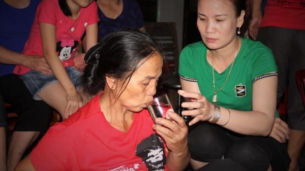 Mẹ hậu vệ Olympic Việt Nam  suýt ngất xỉu khi đội tuyển ghi bàn