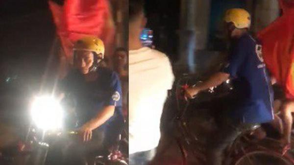 """Thanh niên Hải Dương đi xe đạp được cả dàn xe máy """"hộ tống"""", dẫn đầu đoàn đi """"bão"""" mừng chiến thắng của Olympic Việt Nam"""