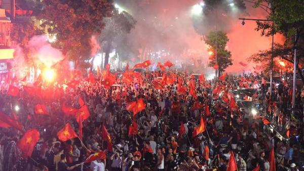 """U23 Việt Nam thua U23 Hàn Quốc, hàng nghìn người vẫn xuống đường """"đi bão"""", đốt pháo sáng"""