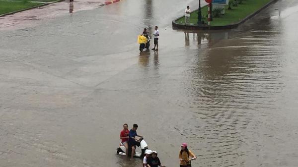 """Bắc Giang: Ô tô, xe máy """"bơi"""" trong lòng thành phố"""