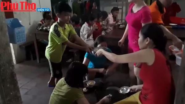 Phú Thọ: Gần 100 thầy cô giáo và học sinh mắc kẹt, ăn mỳ chống đói tại trường do cầu ngập sâu