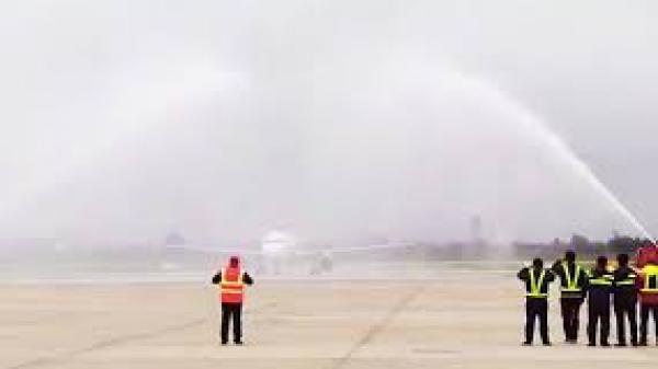 Tại sao chiếc máy bay chở U23 Việt Nam về nước lại 'bị' phun nước khi hạ cánh?
