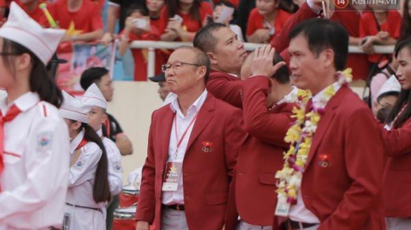 Bắt được khoảnh khắc thú vị của ông Park Hang-seo trên SVĐ Mỹ Đình trong lễ mừng công ngày 2/9