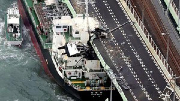 HOT: Tàu đâm cầu, cụ ông bị thổi từ chung cư xuống đất vì siêu bão Jebi