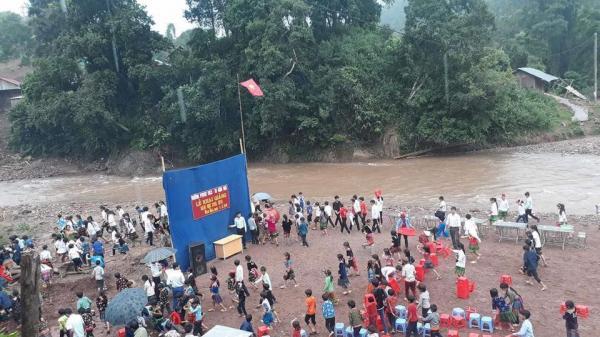 Xót xa hình ảnh khai giảng ngoài trời, bên cạnh dòng lũ chảy xiết của học sinh ở Tây Bắc