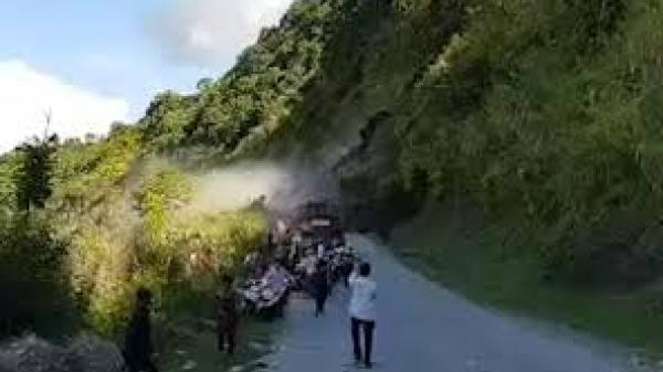 KINH HOÀNG: Lở núi ầm ầm, người đi đường bỏ xe để chạy tán loạn