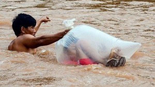 XÓT XA: Học sinh vùng cao chui túi nilon vượt suối lũ tới trường