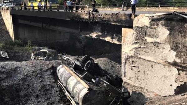 NÓNG: Xe bồn chở xăng cháy dữ dội trên cao tốc Nội Bài - Lào Cai