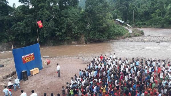 Tâm sự buốt lòng của người thầy trong bức ảnh khai giảng bên bờ suối ở Lai Châu