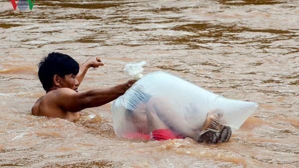 XÓT XA: Học sinh chui túi nilon nhờ người lớn đưa qua suối lũ, băng rừng hơn 5 giờ đồng hồ để tới trường