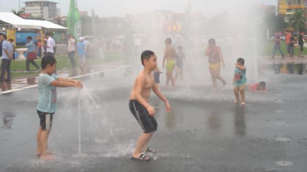 Đài phun nước Quảng trường 3-2 ở TP Bắc Giang trở thành nơi trẻ em đùa nghịch