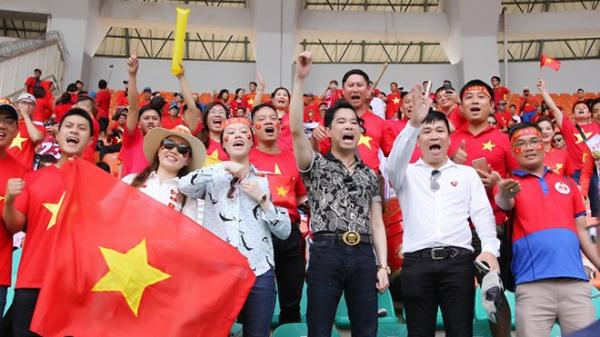 Hà Đức Chinh và các cầu thủ U23 tặng tất cả tiền thưởng của ca sĩ Ngọc Sơn cho đội nữ Việt Nam