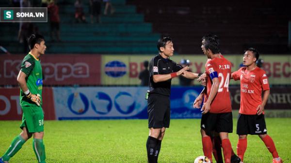 """Hy hữu: Trọng tài Việt """"bẻ còi"""", hủy bàn thắng vì quên đuổi cầu thủ sau khi rút 2 thẻ vàng"""