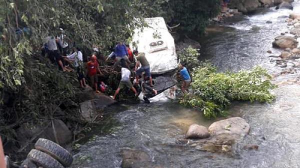 KINH HOÀNG: Xe bồn mất phanh đâm kinh hoàng xe khách, 11 người tử vong tại chỗ