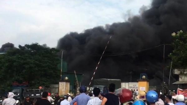 NÓNG: Cháy lớn thiêu rụi kho hàng nghìn mét vuông ở Hưng Yên, khói cuồn cuộn đen kịt trời