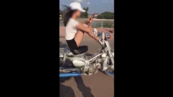 Clip cô gái lái xe bằng chân, tay lướt điện thoại thách thức cộng đồng mạng