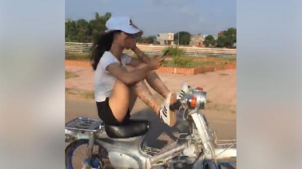 Clip cô gái trẻ lái xe bằng chân, tay lướt điện thoại thách thức cộng đồng mạng