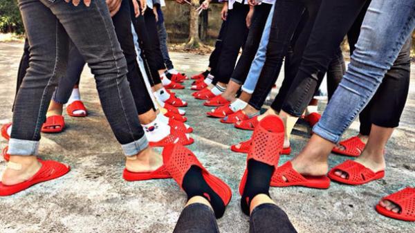 Lớp người ta ở Hưng Yên: Rủ team mang dép tổ ong sáng rực gây bão MXH