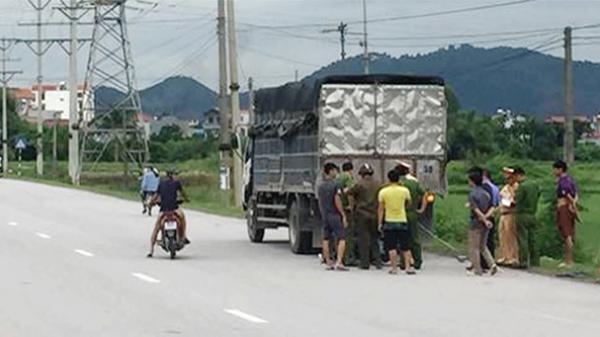 Bắc Giang: Xe máy đâm đuôi xe tải, con t.ử vong, mẹ bị thương nặng