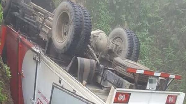 Lào Cai: Xe tải mất lái lao xuống vực rồi nằm ngửa ở độ sâu hàng chục mét