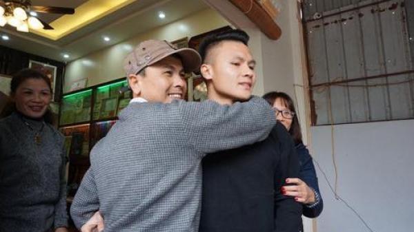 Bữa cơm với những vị khách đặc biệt đến từ Lào Cai tại gia đình cầu thủ Quang Hải trước trận lượt về của đội tuyển Việt Nam gặp Philippines