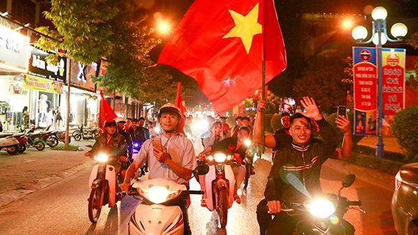 Người Lào Cai hân hoan khi Việt Nam giành vé vào trận chung kết AFF Cup 2018