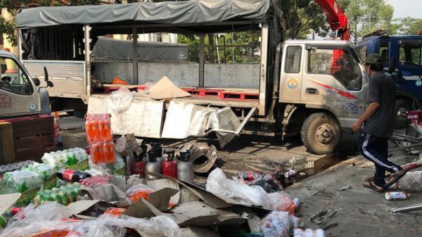Hàng trăm thùng nước ngọt đổ ra đường, người dân Sài Gòn đội nắng thu dọn giúp tài xế