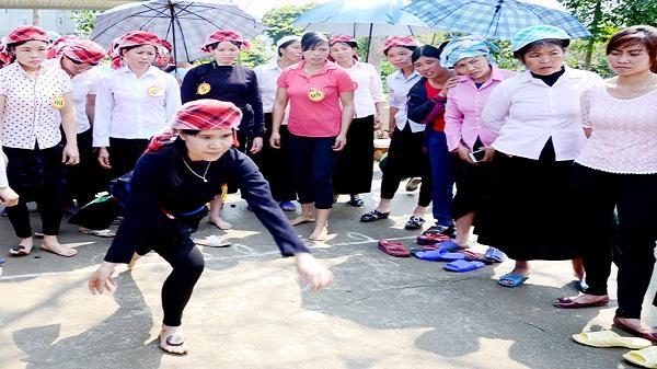 """""""Túc mắc lẹ"""" - trò chơi độc đáo của phụ nữ Tày Văn Bàn"""