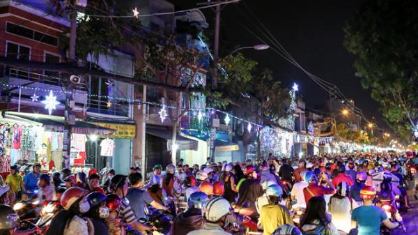 Nghìn người đổ về xóm đạo Sài Gòn chơi Noel sớm