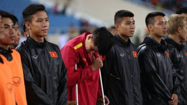 Trung vệ tuyển Việt Nam quê Sơn La chống nạng, khóc nức nở khi hát Quốc ca