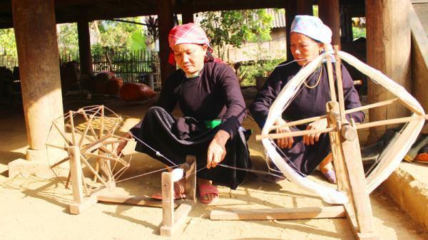 Độc đáo nghề dệt vải của phụ nữ Tày, Lào Cai