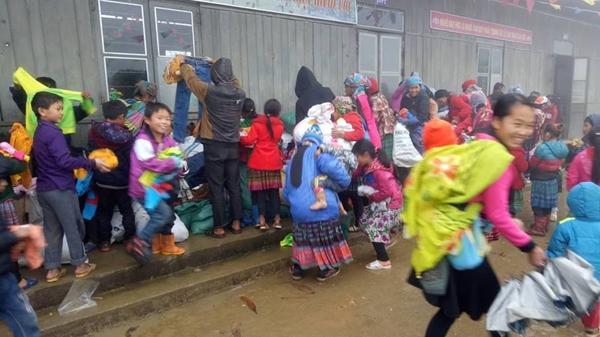 Giữa cái lạnh t.hấu xương, những đứa trẻ Sa Pa vừa chạy vừa cười giòn tan khi nhận được món quà đặc biệt.