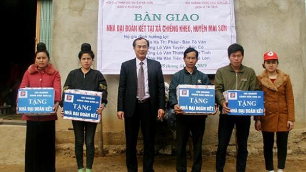"""Chi nhánh Xăng dầu Sơn La: Trao tiền hỗ trợ làm 4 ngôi nhà """"Đại đoàn kết"""""""