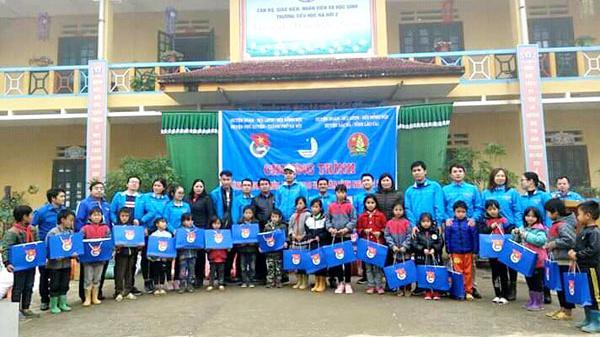 Niềm vui về với bản: Tặng quà cho 172 học sinh khó khăn xã Na Hối (Lào Cai)