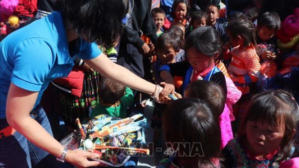 Học sinh vùng cao biên giới Sìn Hồ (Lai Châu) được ủng hộ món quà gần 200 triệu