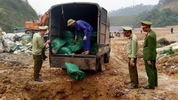 Lào Cai: Thu giữ và tiêu h.ủy KHẨN CẤP hơn 1,2 tấn chân gà l.ậu