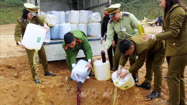 """Hãi hùng nước lã + phẩm màu + cồn công nghiệp = 2.080 lít rượu ngô bao tử """"tung hoành"""" ở Lào Cai"""