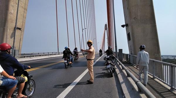 Chiều 30 Tết: Người đàn ông bỏ lại xe máy nhảy cầu Rạch Miễu t.ự t.ử