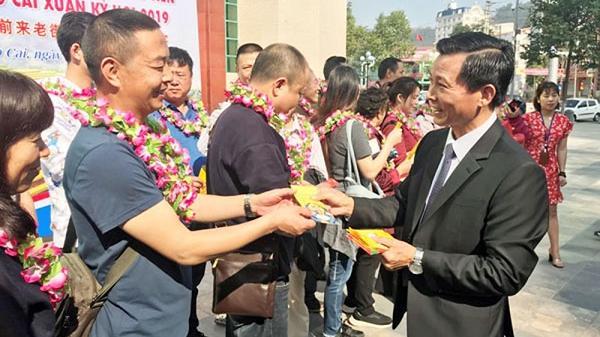 Đón du khách đầu tiên xông đất tại cửa khẩu quốc tế Lào Cai
